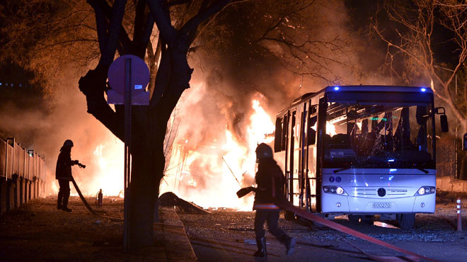 18 muertos y 45 heridos por la explosión de un coche bomba en Ankara.