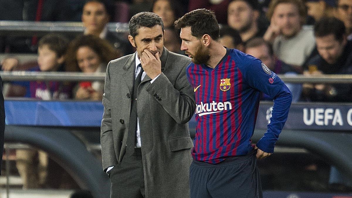 Messi escucha las instrucciones de Valverde, en el Camp Nou.