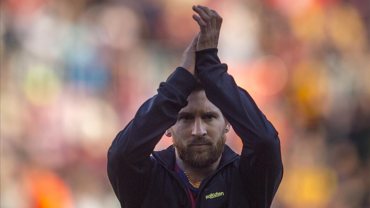 Messi saluda al Camp Nou antes del duelo liguero contra el Eibar.