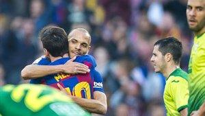 Messi y Braithwaite se abrazan tras el triunfo del Barça al Eibar.