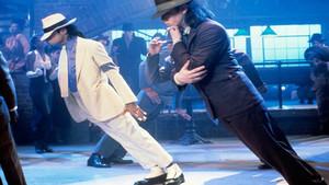 Michael Jackson y uno de sus bailarines, en el famoso paso antigravedad del cantante.