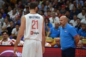 Milutinov atiende las instrucciones de Djordjevic en un partido del Mundial