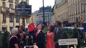 El momento en que se descubre el cartel de la nueva plaza de Gabriel García Márquez en París.