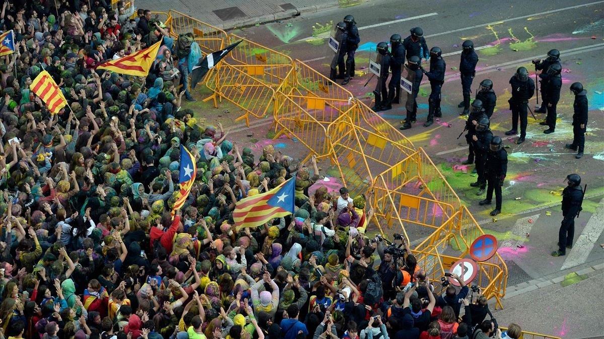 Mossos d'Esquadra de Girona frenando la manifestación del aniversario del 1-O.