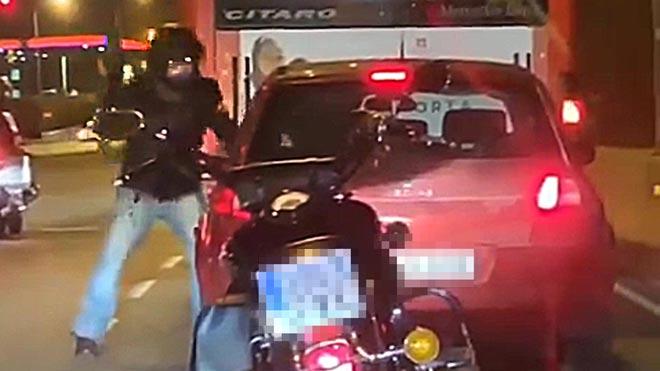 Un motorista agrede a un conductor de coche en la Meridiana