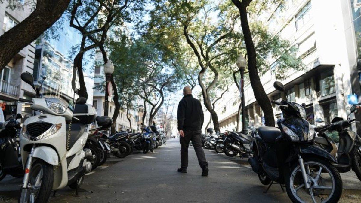'Ciutat de vianants' s'intensifica per reforçar la informació sobre la normativa d'estacionament de les motos