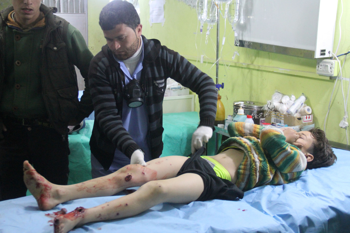 Un niño recibe asistencia médica tras el ataque químico en Idleb.