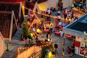 Los visitantes disfrutan en la azotea de un animado concierto.