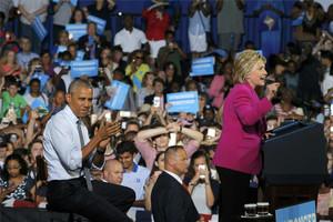 Obama aplaude a Clinton en un acto en Charlotte, Carolina del Norte.