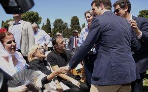 Pablo Casado, presidente del PP, saluda a la alcaldesa de Madrid, Manuela Carmena, en la misa de San Isidro celebrada este miércoles.