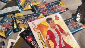 La carta del jugador del Girona Pere Pons, entre los primeros sobres adquiridos en un quiosco barcelonés.