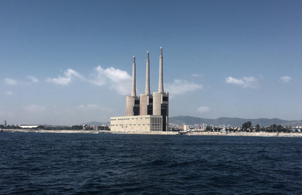 Panorámica de las Tres Xemeneies desde el mar.