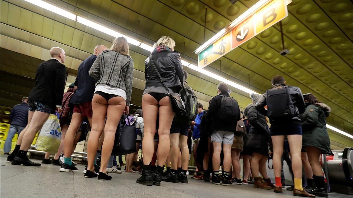 Viajeros, a la entrada del metro, en Praga.