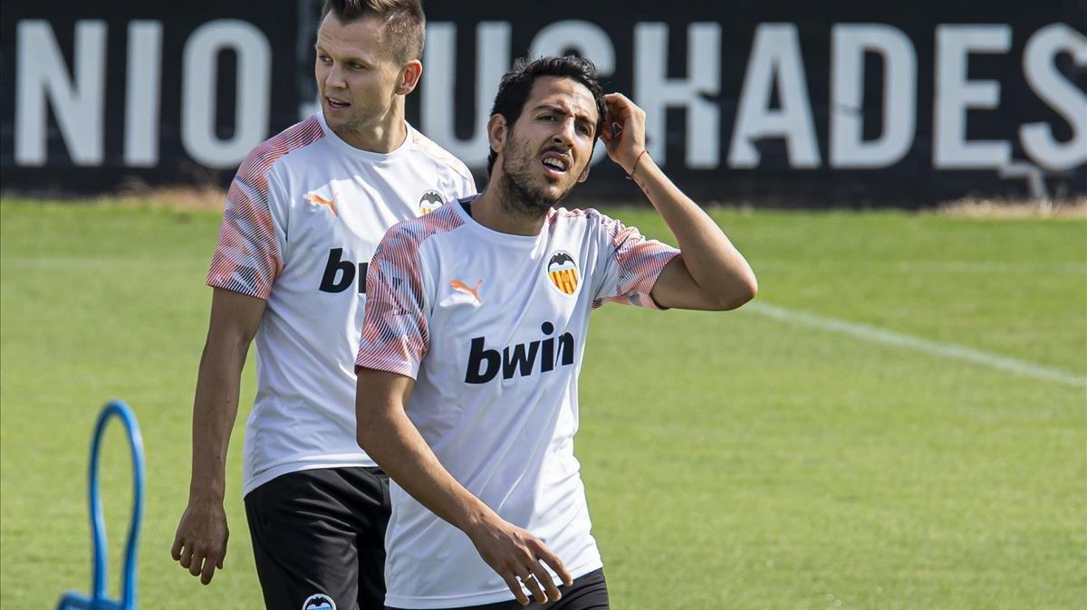 Parejo, ante Cherysev, en un entrenamiento del Valencia en Paterna.
