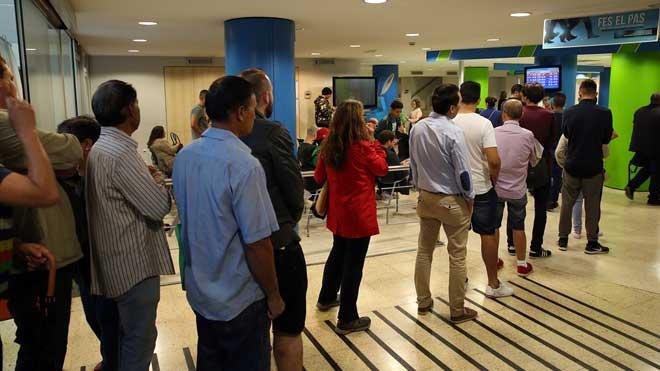 El paro bajó en 38.692 personas en el 2019. En la foto, una cola de desempleados en una oficina del INEM en Barcelona.