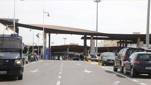Paso fronterizo entre España y Marruecos en Melilla, antes de que se cerraran, este jueves.