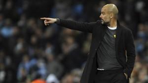 Pep Guardiola, con el lazo amarillo en el partido del Manchester City contra el Basilea.