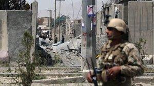 Un personal de seguridad afganoen el sitio donde un coche bomba talibán detonó a la entrada de una estación de policía en Kabul el 7 de agosto de 2019