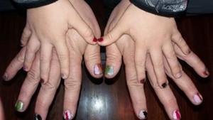Un pare es pinta les ungles per recolzar el seu fill de 5 anys