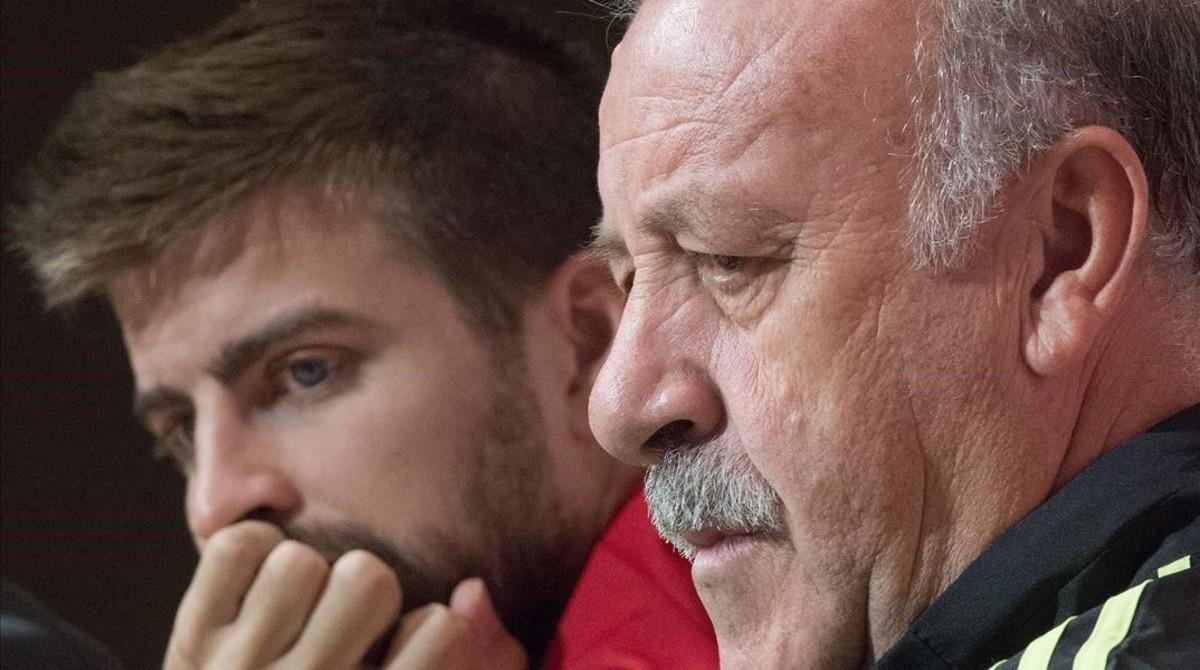 Piqué y Del Bosque en una rueda de prensa de la selección española.