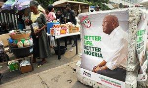 Póster electoral de Atiku Abubakar, líder del Partido Popular Democrático, en Lagos, Nigeria.