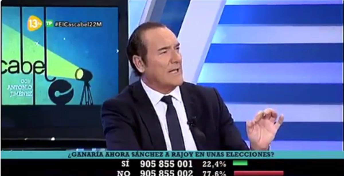 El presentador de El Cascabel de 13TV, Antonio Jiménez, riéndose de lo sucedido en Manchester.