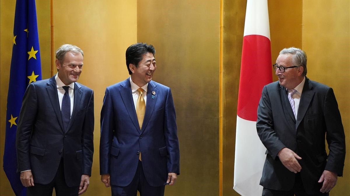 El presidente del Consejo Europeo, Donald Tusk; el primer ministro japonés, Shinzo Abe, y el presidente de la Comisión Europea, Jean-Claude Juncker, en la cumbre del G-20 en Osaka.