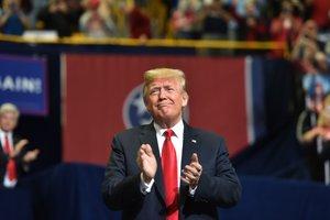 El presidente estadounidense, Donald Trump en un acto de campaña en la McKenzie Arena, en Chattanooga, Tennessee