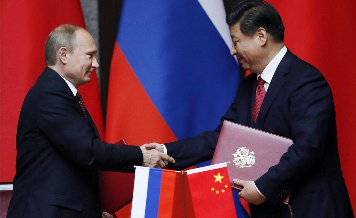 El presidente ruso, Vladímir Putn, y su homólogo chino, Xi Jinping, se saludan durante un encuentro en Shangái, en mayo del 2014.