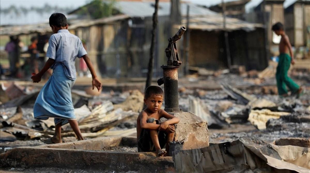 Campo de desplazados rohingya destruido tras ser incendiado.