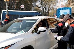 GRAFCAT3164. BARCELONA, 19/03/2020.- Mossos d'Esquadra realizan un control de vehiculos en el centro de Barcelona para velar por el cumplimiento del confinamiento, este jueves, durante la quinta jornada en estado de alarma por la pandemia de coronavirus. EFE/Alejandro García