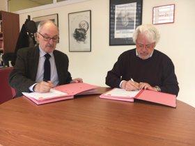 Rafael Ribó y Joan Barrera durante la firma del acuerdo