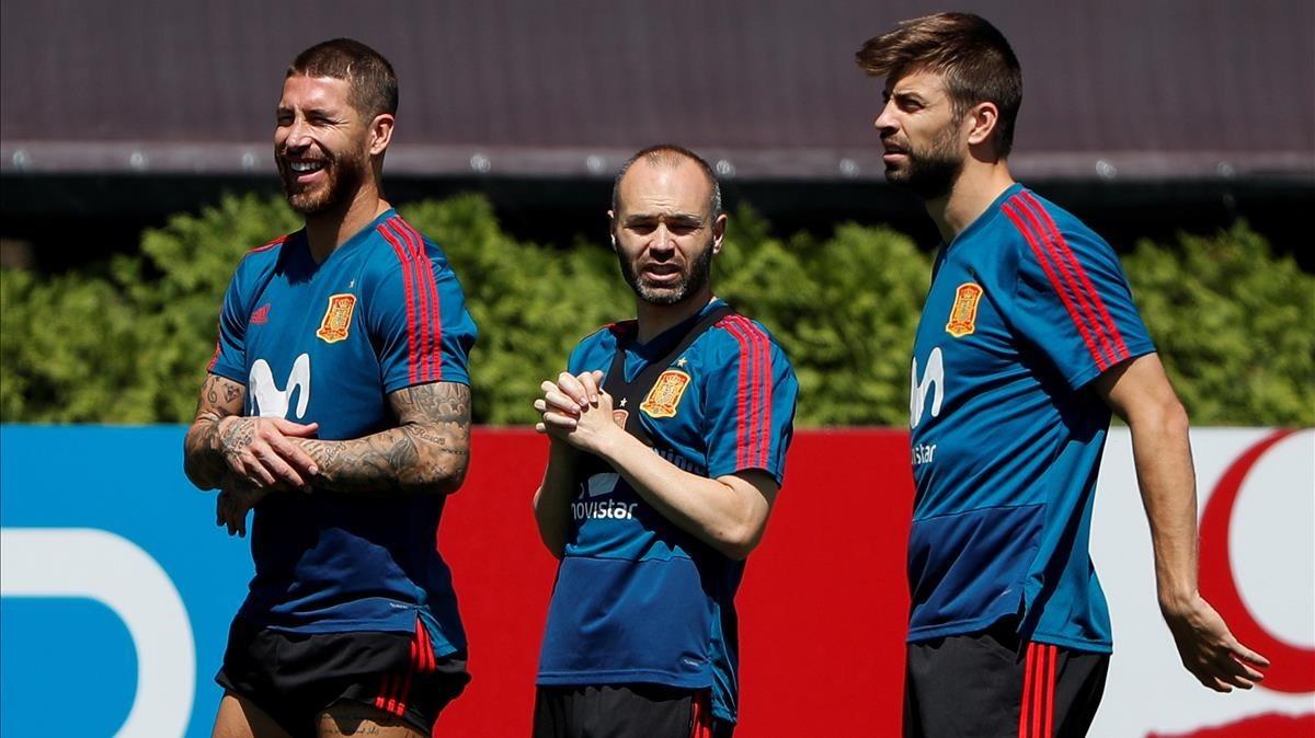 Ramos, Iniesta y Piqué durante un entrenamiento en Krasnodar