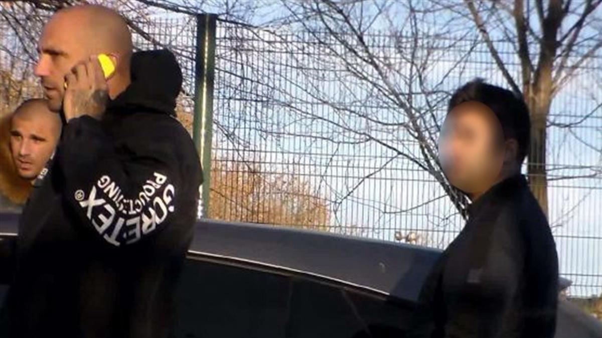 Raúl Bravo, al teléfono, y Carlos Aranda, tras él, en una imagen tomada por la policía mientras les vigilaba.