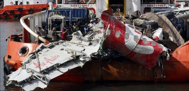 Recuperación de los restos del avión estrellado en el mar de Java, en una foto tomada el 2 de marzo del 2015.