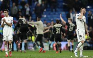 Reguilón y Toni Kroos dejan abatidos el campo mientras los jugadores del Ajax lo celebran