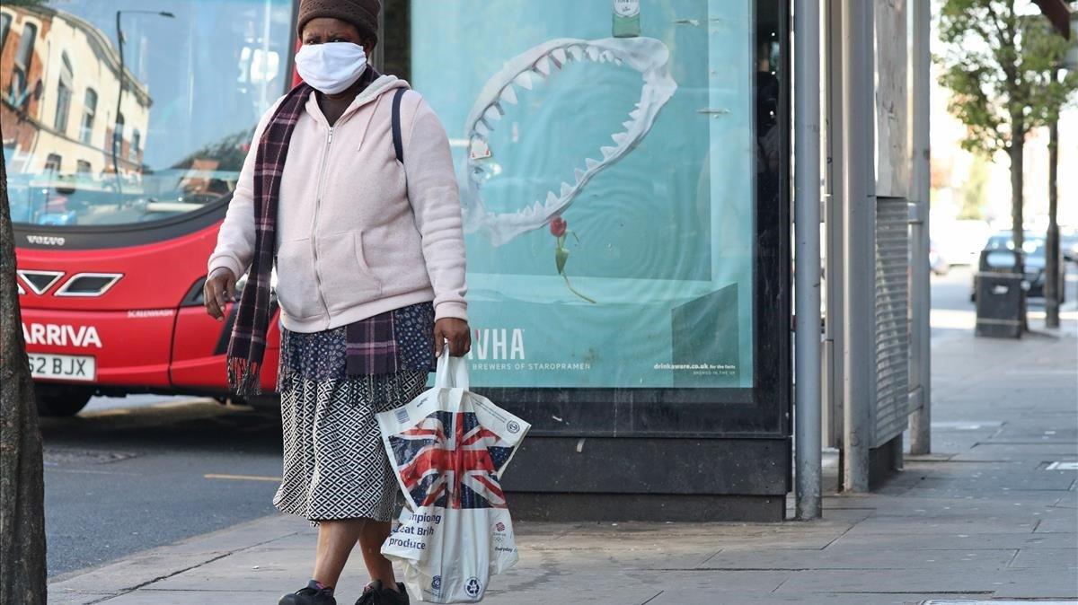 Un mujer pasa junto a la estación de tren de Harringay Green Lanes, en Londres.