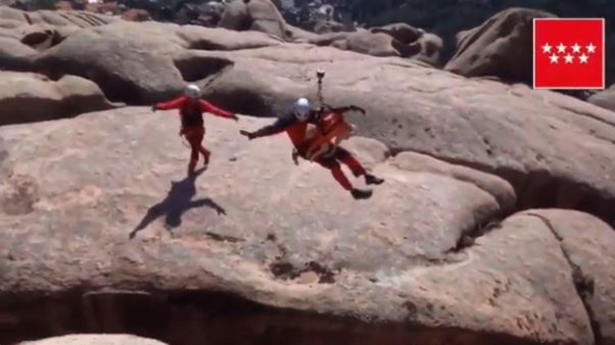 El espectacular rescate de un perro a punto de caer por una grieta de 20 metros