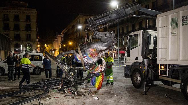Retirada de la estatua decapitada de Franco tras ser derribada.
