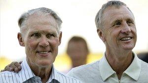 Rinus Michels y Johan Cruyff, en una imagen del 2002.