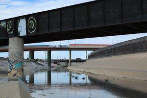 Vista general de un tramo del Río Bravo bajo un puente fronterizo en Ciudad Juárez.