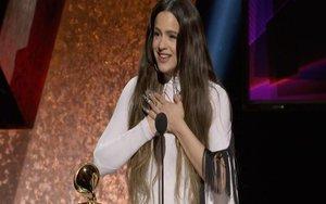 La cantante española Rosalía al recibir el Premio Grammy.