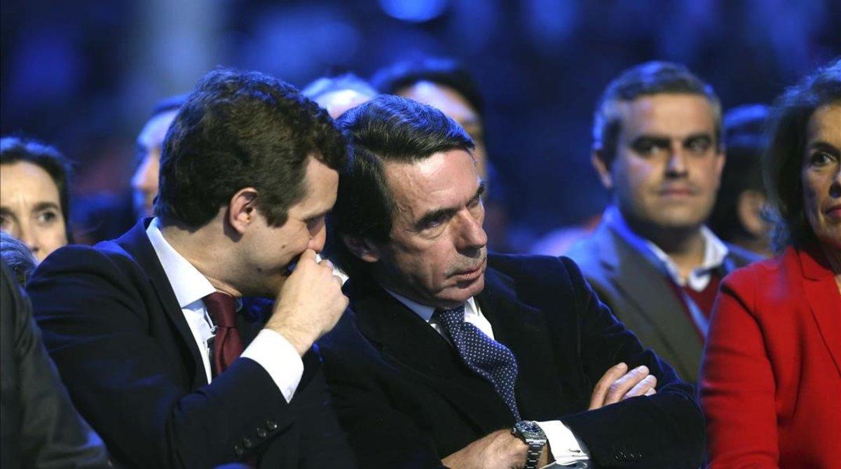 El presidente del PP, Pablo Casado, conversa con el expresidente del Gobierno, José María Aznar, en la Convención Nacional del PP en enero.