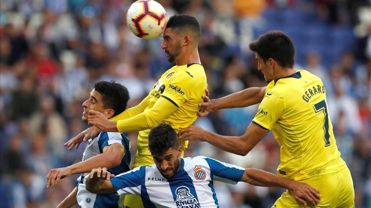 El exespañolista Álvaro cabecea un balón junto a Marc Roca, Dídac Vilà y Gerard Moreno.