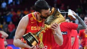 Marc Gasol, con la medalla de oro, besa el trofeo de campeones del mundo.