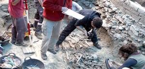 Trabajos de exhumación en una fosa de Gurb.