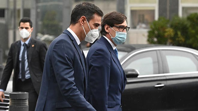 Sánchez e Illa son recibidos con abucheos a su llegada al Hospital de La Paz.