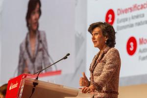 GRA078 SANTANDER, 07/04/2017.- La presidenta del Banco Santander, Ana Botín, durante la junta general de accionistas celebrada hoy en la que, entre otros asuntos, se debate la reelección de Botín como presidenta de la entidad y una ampliación de capital para volver a ofrecer en 2017 la opción de cobrar en acciones uno de los pagos del dividendo. EFE/ROMÁN G. AGUILERA