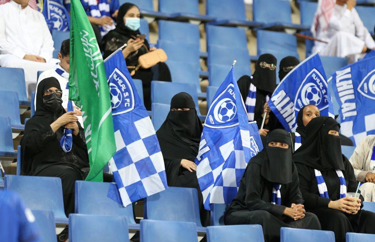 Aficionadas saudís, en la grada del estadio de Riad, la capital del país.