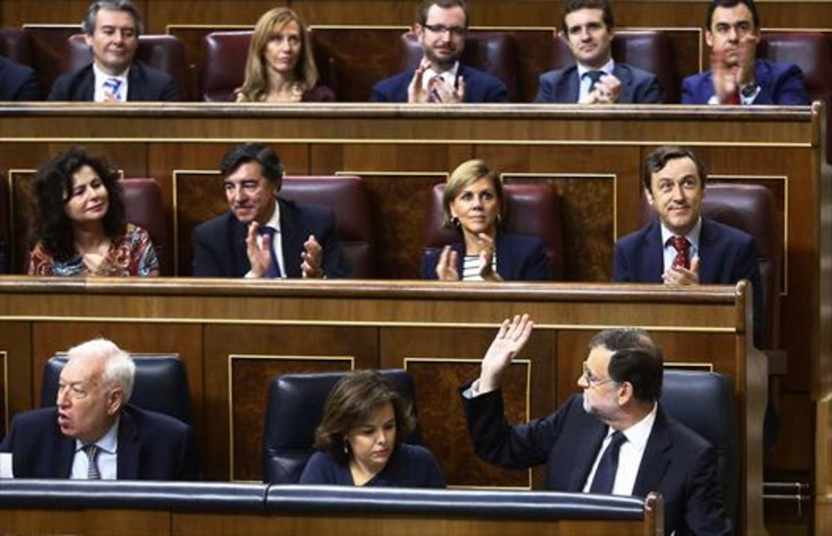 Mariano Rajoy agradece el apoyo de su grupo parlamentario tras su discurso del 27 de octubre.